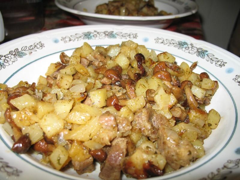 Тушеная картошка с грибами на сковороде
